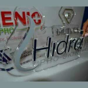 Plaques et lettres plexiglas en relief, Découpe au laser des lettres. Leur épaisseur est de 20 et 15 cm. Toutes transparentes, puis décorées