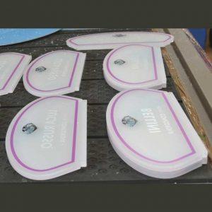 Plaques plexiglas satiné façonnées fabriquées avec du matériel déjà satiné, façonnage par découpe au laser et application de l'impression