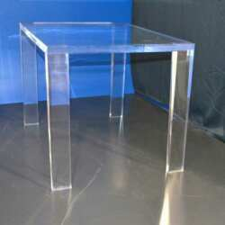 Table en plexiglas massif de 30 mm H60 x L85 x l60 cm, sur mesure client, forme insolite des pieds, table en transparent pleine de reflets