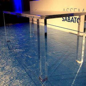 Tavolo plexiglass massello per conferenza Manutencoop realizzato in 1 giorno dettaglio