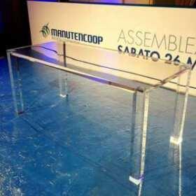 Tavolo plexiglass massello per conferenza Manutencoop, realizzato in 1 giorno, piano in 40 mm, gambe in tubo quadrato transparente di 10 cm.