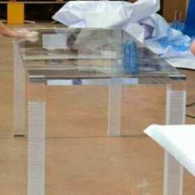 Tavolo plexiglass massello per conferenza Manutencoop realizzato in 1 giorno dettaglio lavorazione