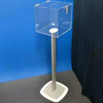 Urne de sol en plexiglas transparent de 5, mm 30x30x30 cm avec un cadenas. Tige H100 cm. En présentoir. elle trouve facilement sa place.