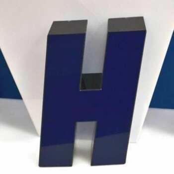 Lettres boîtier LED plexiglass noir/bleu ont le plexi translucide de couleur bleue et c'est lui qui laisse passer la lumière. La cote en revanche est opaque, de couleur noire