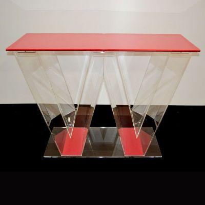 banco per stand con la forma di un doppia vv trasparente e rosso