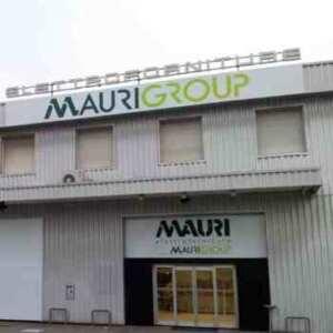Insegna alluminio composito prespaziato Mauri group di giorno