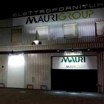 insegna alluminio composito prespaziato Mauri group vista di notte