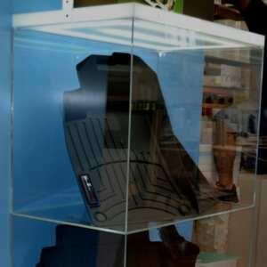 Présentoir de sol en plexiglas opale, plafond éclairé par led sur roulettes, il peut être déplacé aussi bien à l'intérieur qu'à l'extérieur.
