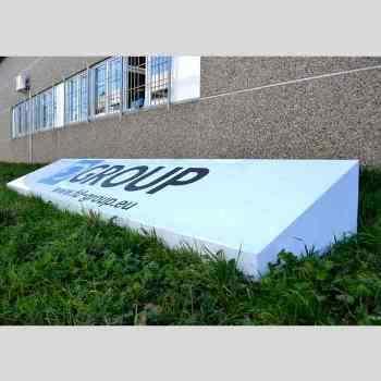 Enseigne lumineuse de sol en plexiglass déplacée pour des expositions et de l'événementiel. Opale translucide des 4 côtés pour plus de lumière