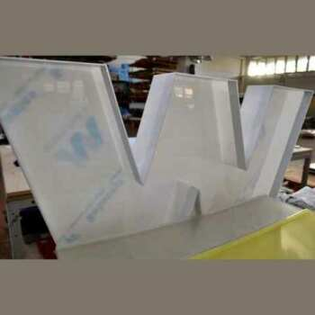 Lettres boitier lumineuses grand format en plexiglas translucide et opaque selon les jeux d'éclairage de l'enseigne. Chacune a son propre système d'éclairage à LED