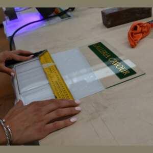 Portadepliant plexiglass personalizzato con tasca in montaggio