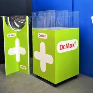 Présentoir de sol carré en PVC light, de 6 côtés. Doté de roues, une vasque carrée en plexiglas avec son diviseur interne finit le présentoir