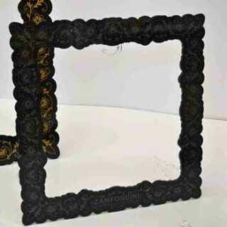 Présentoir porte sacs en plexiglass noir à cadre. Décoré or et argent. Supports et crochets transparents. Une touche de classe en plexi noir