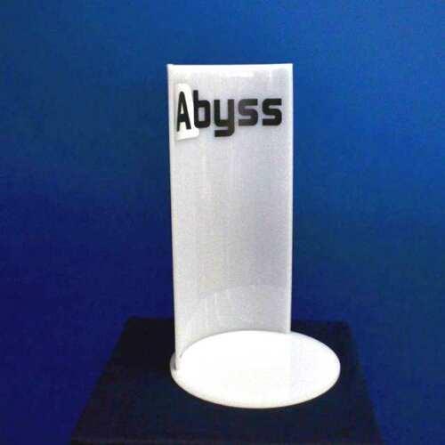 Présentoir plexiglass opale thermo formé, avec sa marque imprimée de couleur noire fumée sur opale brillant courbé pour envelopper le produit