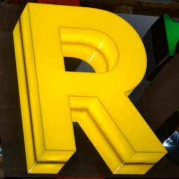 Lettera scatolata luminosa plexiglass giallo