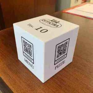 Porta Menù QR Code in plexiglass anti contagio, lavabile, UN CUBO di plexiglass bianco, varie info, numero tavolo, elenco cinema di quartiere