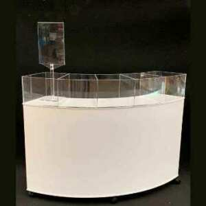 Présentoir de comptoir arrondis à roulettes composé de 5 paniers transparents sur un comptoir en pvc blanc avec porte-brochure A4 indépendante