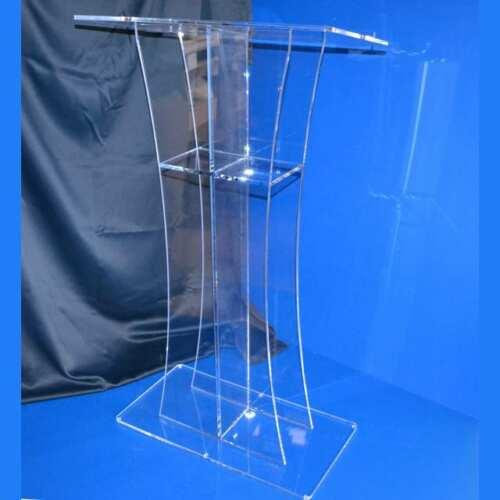 Leggio per chiese in plexiglass trasparente prodotto su misura nel nostro laboratorio per adattare la posizione del podio leggio nella chiesa.