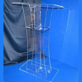 Pupitre pour églises en plexiglas transparent réalisé sur mesure. Il est plus haut que la moyenne pour l'adapter à sa position dans l'église