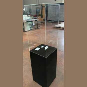 Cloche pour luth sur colonne en plexiglas noir brillant de la même taille que sa colonne noire. Une fois le luth inséré, le résultat est la création d'une colonne d'exposition haut de gamme.
